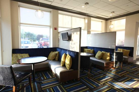 Hilton Garden Inn Westbury: Lobby Area