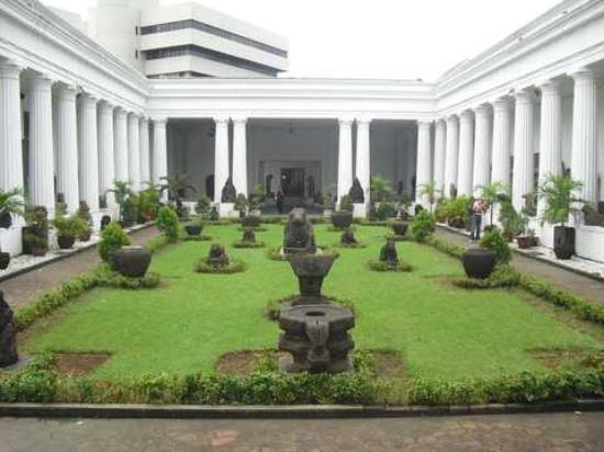 halaman dalam gedung museum nasional picture of national museum rh tripadvisor co za