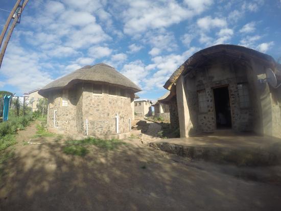 Boikhethelo Guest House: Unsere Hütte rechts sowie der Ausblick auf die anderen Hütten des Hotels links.