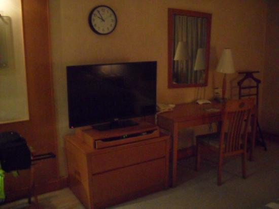 Culture Plaza Hotel Zhejiang: Flat screen TV...only one English Channel