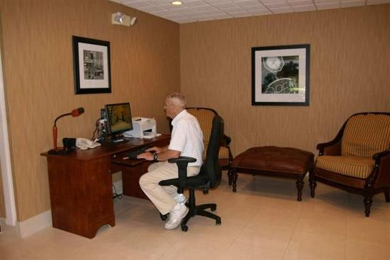 Hampton Inn Central Naples: Business Center