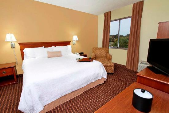 Hampton Inn Baltimore / Glen Burnie: Accessible King Bed Guest Room