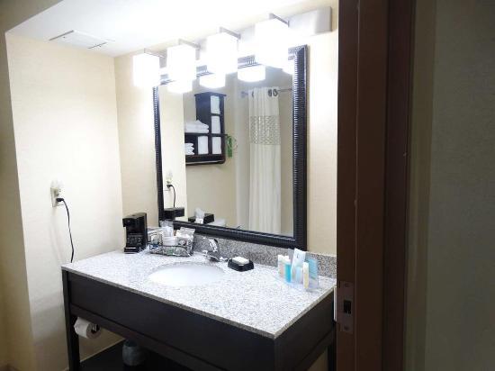 Hampton Inn Buckhannon: Guest Bathroom