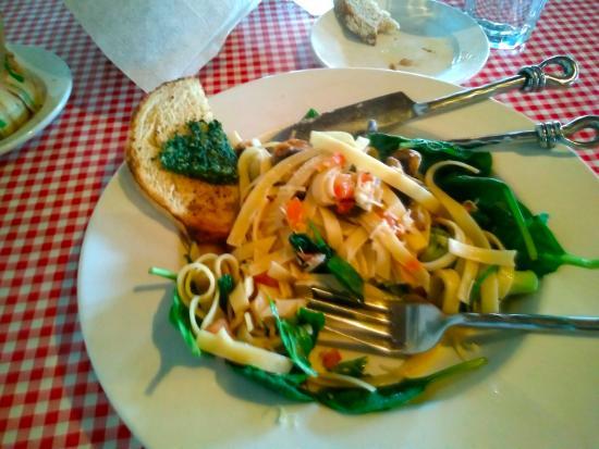 Stella's Italian Restaurant: Pasta primavera on a bed of Spinach!