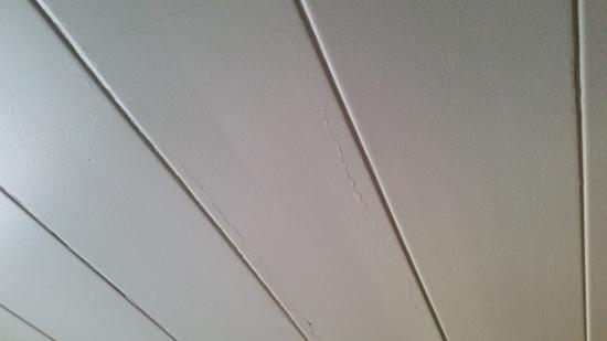 Doherty Hotel: Cracks all over ceiling