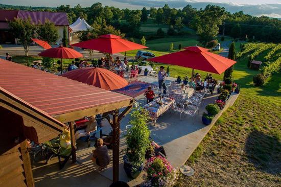 Overmountain Vineyards: Tasting patio