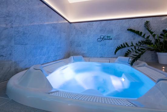 Splendid Hotel & Spa: Whirlpool bath in the spa