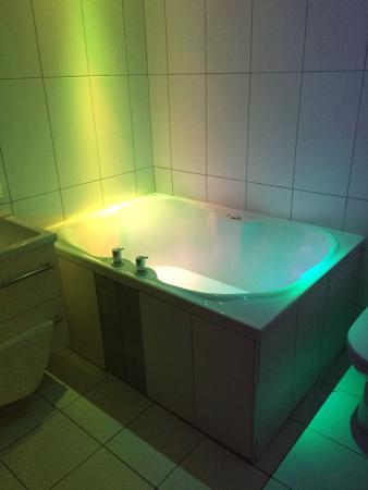 Windermere Suites Hot Tub Bath