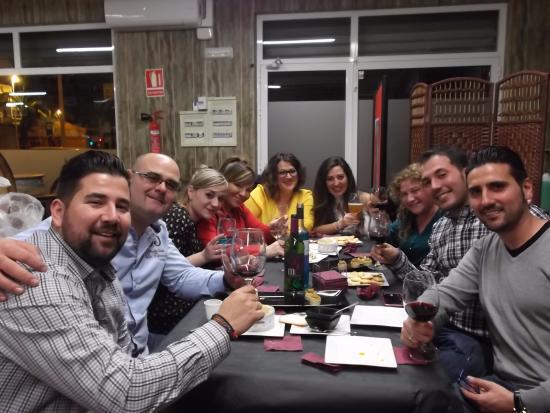 Torrellano, Spain: mesa de 10 personas disfrutando a tope de las tapas