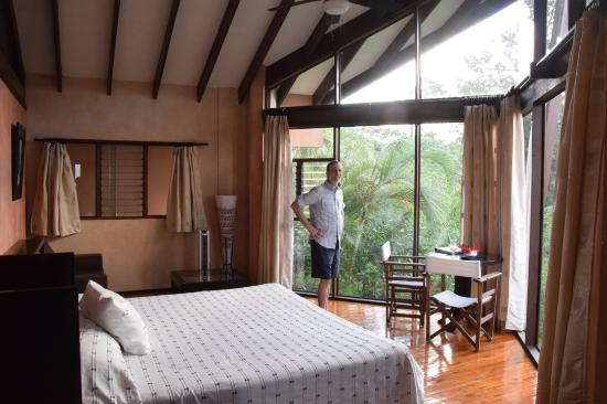 Tenorio Lodge: High ceilings and natural light in the bedroom.