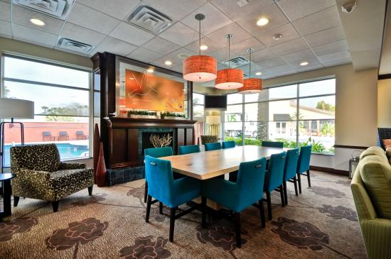 Hilton Garden Inn Tampa Northwest / Oldsmar : Lobby Table