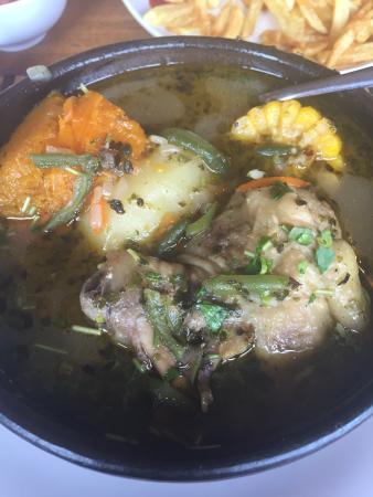 Raices de Chiloe: Para una excelente cazuela de ave, también pedimos salmón y pollo a lo pobre, excelente y lo mej