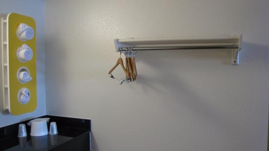 Motel 6 Ogden Riverdale: Clothing rack.