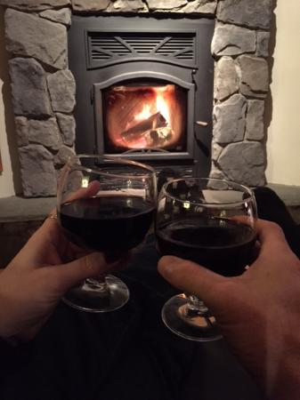 Bearsville, Нью-Йорк: wine by the fireplace