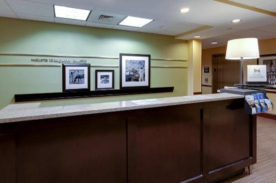 هامبتون إن واينيسبورو ستيوارت درافت: Lobby, Front Desk