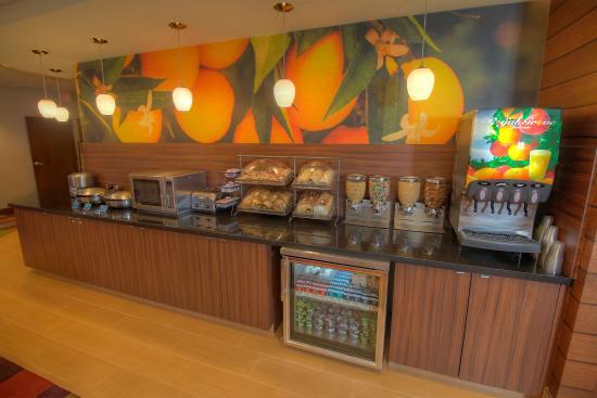 Fairfield Inn & Suites West Palm Beach Jupiter : Complimentary Hot Breakfast