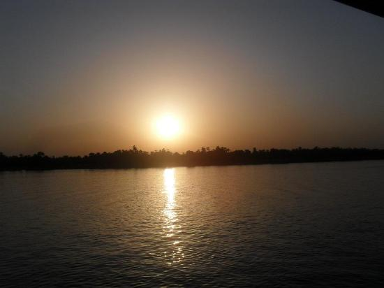 Aswan Governorate, Égypte: sunset at river nile in aswan