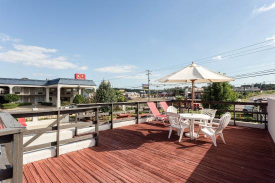 Econo Lodge: Hotel patio