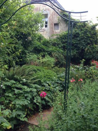 Villa Aggarthi B&B: A pretty little garden to stroll through.