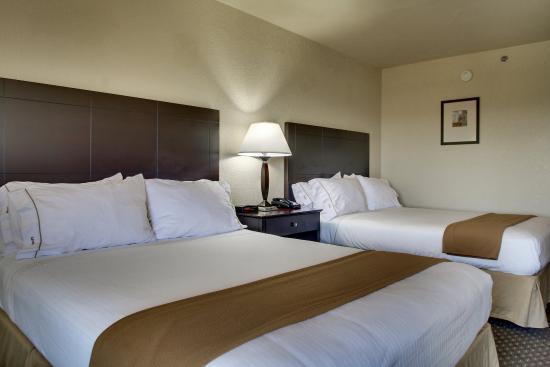 Holiday Inn Express Dahlonega: two queen beds