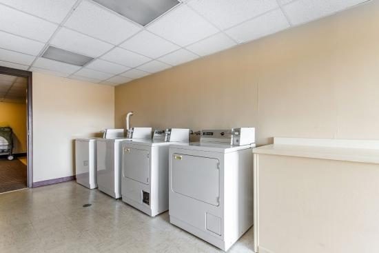 Clarion Hotel and Convention Center: Laundry room