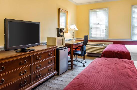 queen room picture of clarion inn historic strasburg inn rh tripadvisor com
