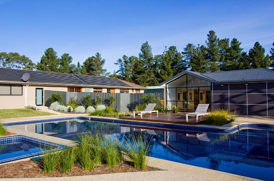 Ramada Resort Seven Mile Beach: Outdoor Pool