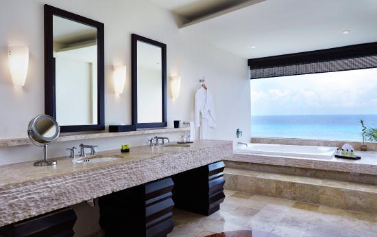 Presidente Inter-Continental Cozumel Resort & Spa: Ocean View Guest Bathroom