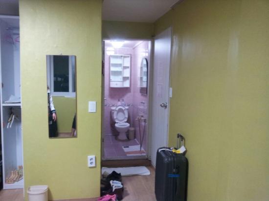 Shinchon Hostel: ห้องน้ำ ก็สบายค่ะ ขาดอ่างล้างหน้าอย่างเดียว