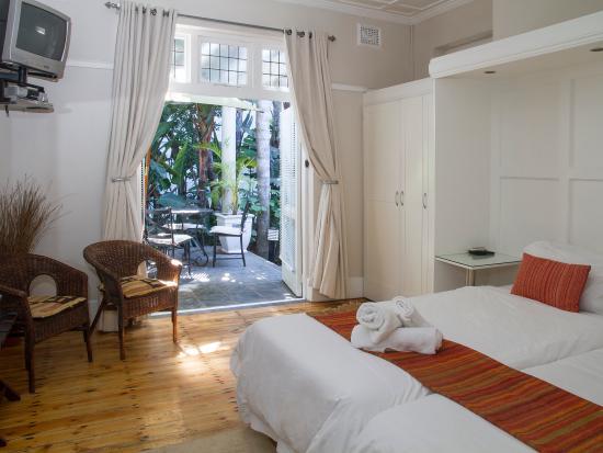 Conifer Beach House: Room 6 King/twin