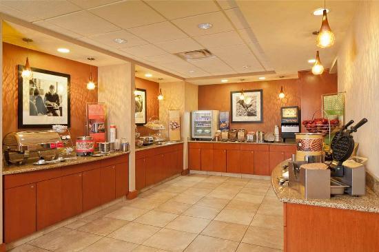 Hampton Inn & Suites New Haven - South - West Haven: Breakfast Serving Area