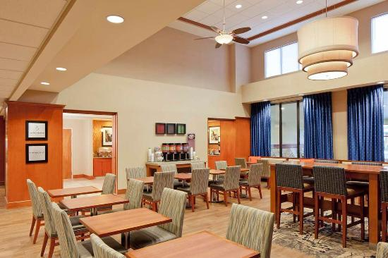 Hampton Inn & Suites New Haven - South - West Haven: Breakfast Seating Area