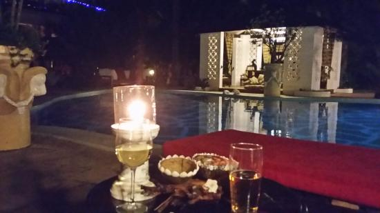African House Resort: Relaxing evening poolside