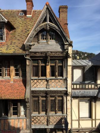 Hotel des Falaises : La vue depuis nitre chambre sur la plus vieille maison d'Etretat