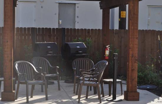 Pleasanton, Τέξας: Hotel Patio BBQ Area