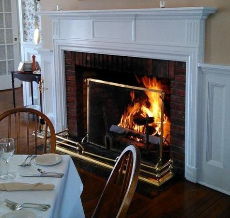 Rams Head Inn Restaurant: Cozy dining by the fire