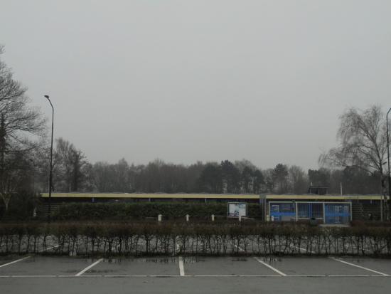 Heiloo, Nederland: zwembad het baafje vanaf de parkeerplaats gedurende de wintersluiting