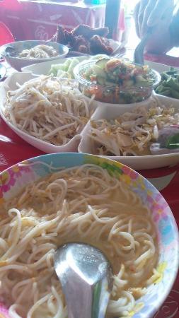Nuea Khlong, Tailandia: ขนมจีนไก่ทอดเด็ดมาก