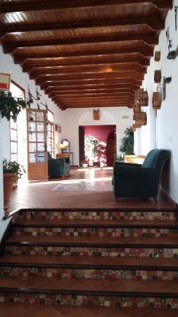 Hotel Villa de Priego de Cordoba: Zona común. Pasillo que une recepción con el bar, comedor y el salón.