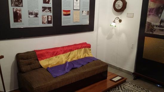 House Museum of Niceto Alcala: Sofá donde murió,reloj que marca hora de la muerte y lampara encendida permanentemente en su mem