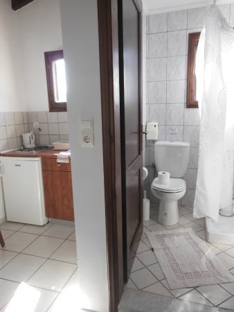 Anavaloussa Apartments: coin cuisine / salle de bain