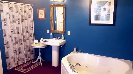 Victorian Tudor Inn: That tub was AWESOME!!!