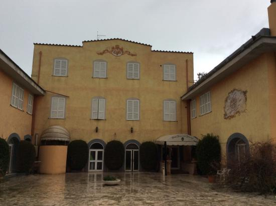 Hotel Parco dei Principi: the oustdie on a rainy day.