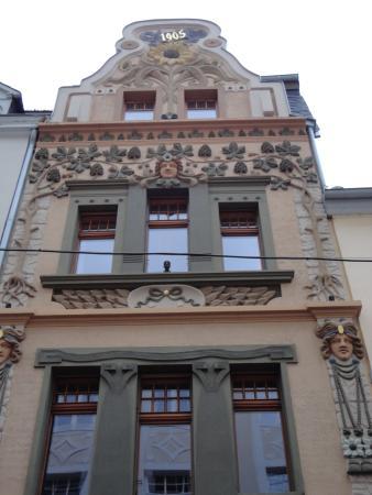 Sonnenblumenhaus : 前面がひまわりで覆われています