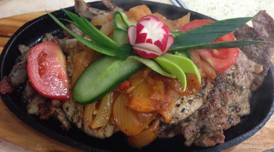 Trzebinia, Polen: Mięsa grilowane na gorącej patelni