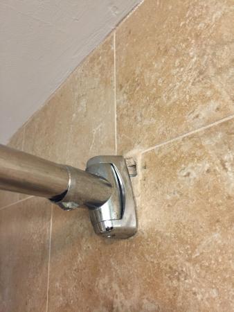 Hampton Inn & Suites by Hilton,  Bluffton-Sun City: Dirty vent in bathroom. Broken shower rod.
