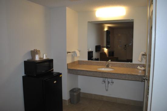 Motel 6 Martinsburg: Handicap Room Accesible Vanity