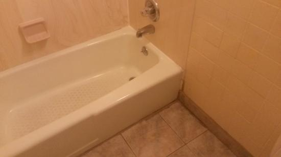 Howard Johnson by Wyndham Phoenix Airport/Downtown Area: Bathroom was in need of a make-over.