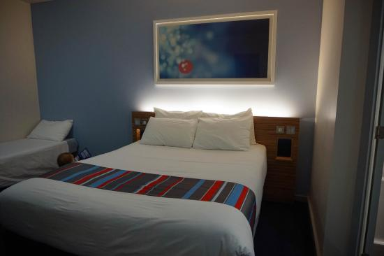 Travelodge Newbury London Road: Family room with extra bed