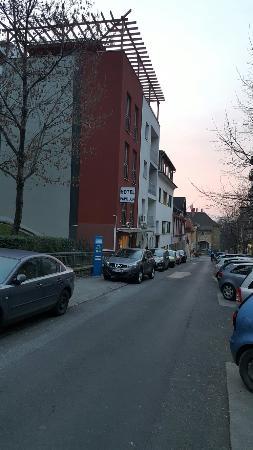 Hotel Papillon: Hotel entrance and street viuw